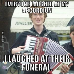 умный мальчик с аккордионом