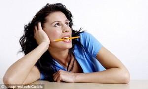 Девушка пишет письма на английском и кусает карандаш