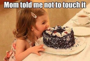 Девочка кушает торт