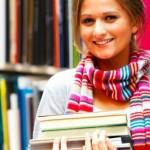 Девушка с книгами в библиотеке